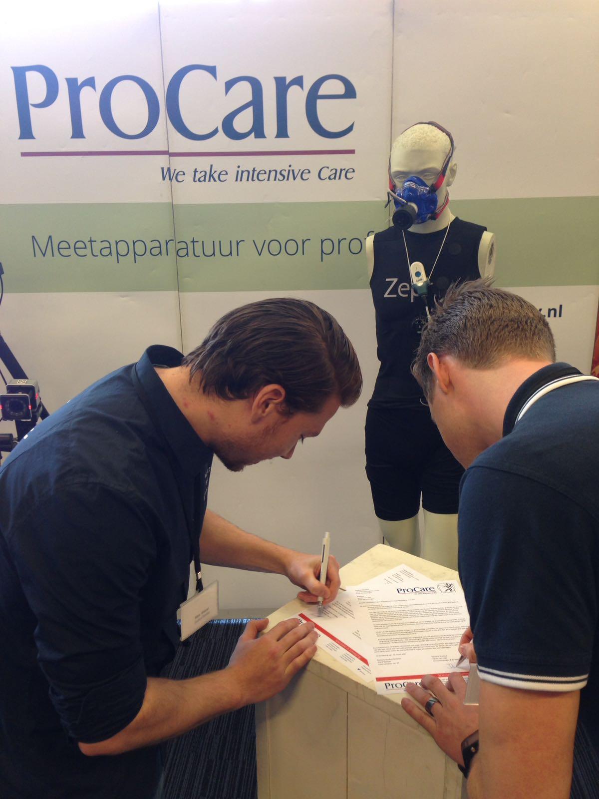 Ondertekening door Ward Nieboer (SM) en Johan van Cuijk tijdens het VvBN congres