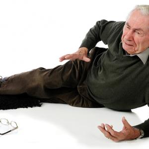 Voorkom vallen bij ouderen door lichaamsbeweging en verbetering van het gezichtsvermogen